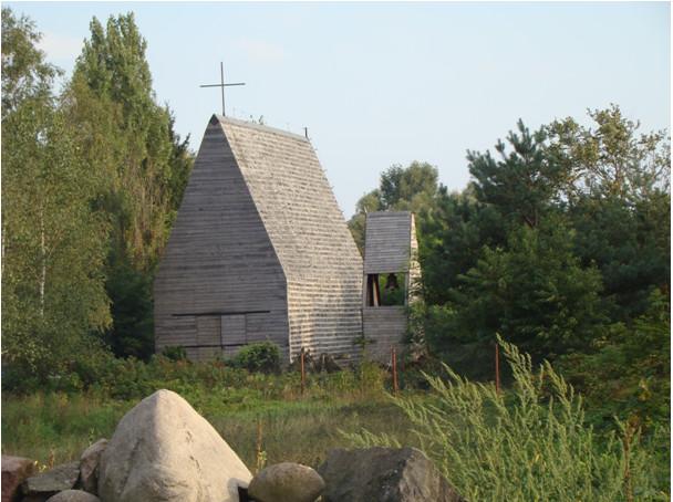 Kaplica – widok zewnątrz ze stojącą obok dzwonnicą