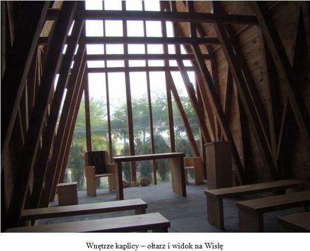 Wnętrze kaplicy – ołtarz i widok na Wisłę