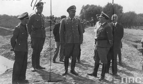 Dr Ludwig Fischer - gubernator dystryktu warszawskiego (widoczny w środku), wizytuje prace odwadniające na rzece Wildze, podczas podróży po powiecie garwolińskim. Data wydarzenia: 1942-07