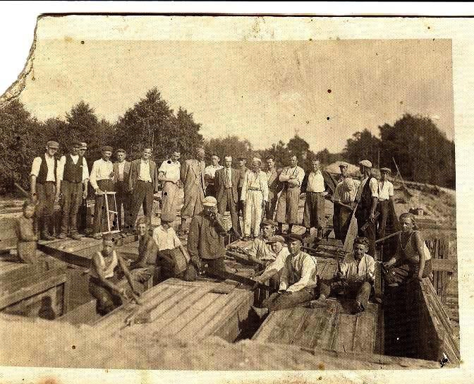 Grupa jeńców radzieckich i osób nadzorujących prace przy wykonywaniu szalunków na nowo budowanym moście.