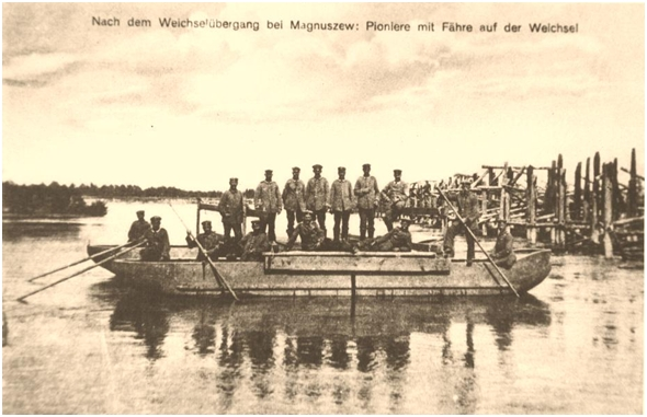 Niemieckie pocztówki z 1915 r.Przeprawa wojsk niemieckich pomiędzy Tarnowem, a Skurczą.Z wody wystają elementy zniszczonego rosyjskiego mostu w1915 r.