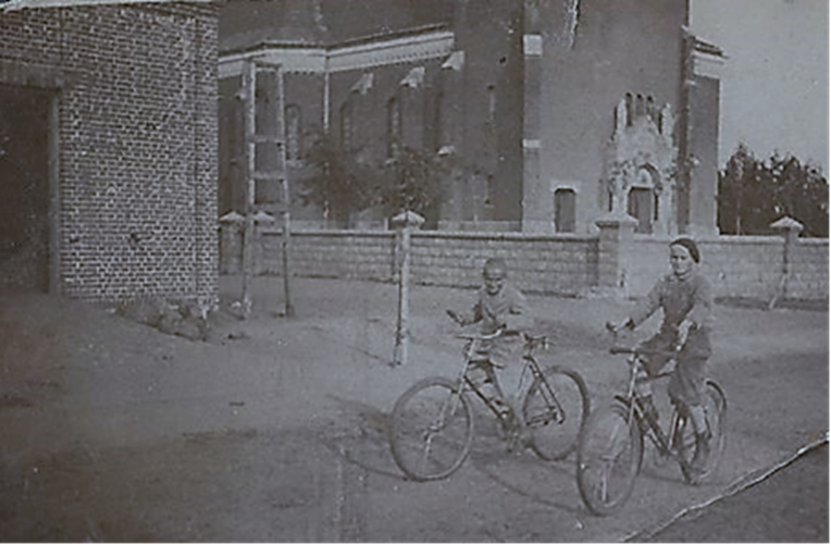 Kościół i remiza z ok. 1939 r. Obok bramy wjazdowej do remizy, konstrukcja do ćwiczeń toporników z bosakami i linką z hakiem.